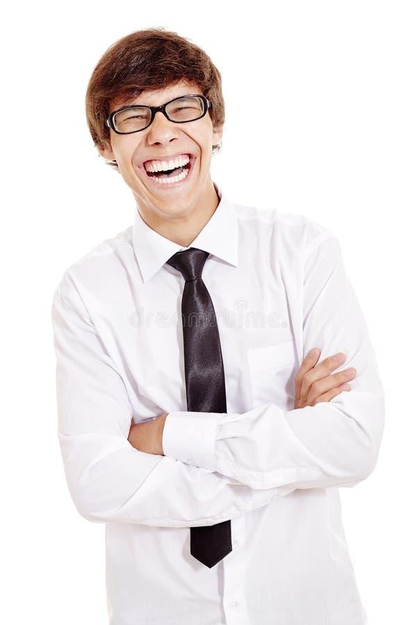 Lachender Mann mit den gekreuzten Armen lizenzfreie stockfotografie