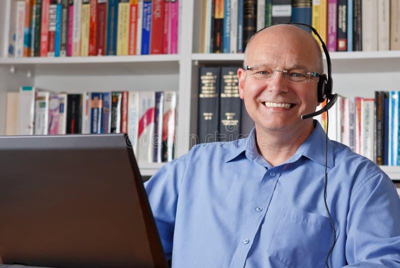 Lachender Mann mit Kopfhörern stockfotos