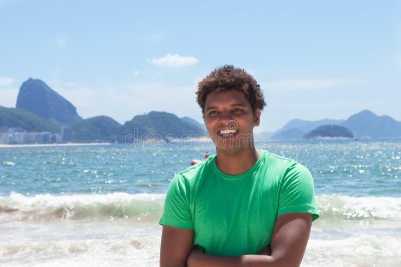 Lachender Mann von Rio de Janeiro an Copacabana-Strand lizenzfreie stockfotografie