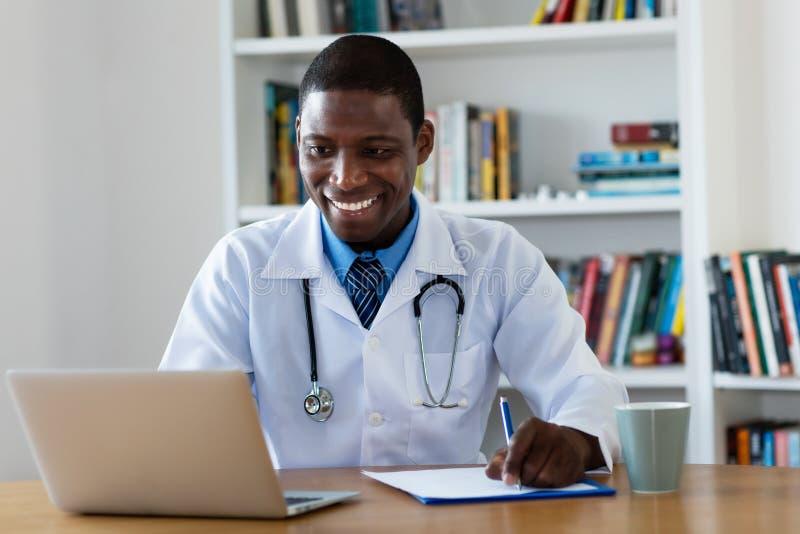 Lachender reifer Arzt für Allgemeinmedizin des Afroamerikaners lizenzfreies stockfoto