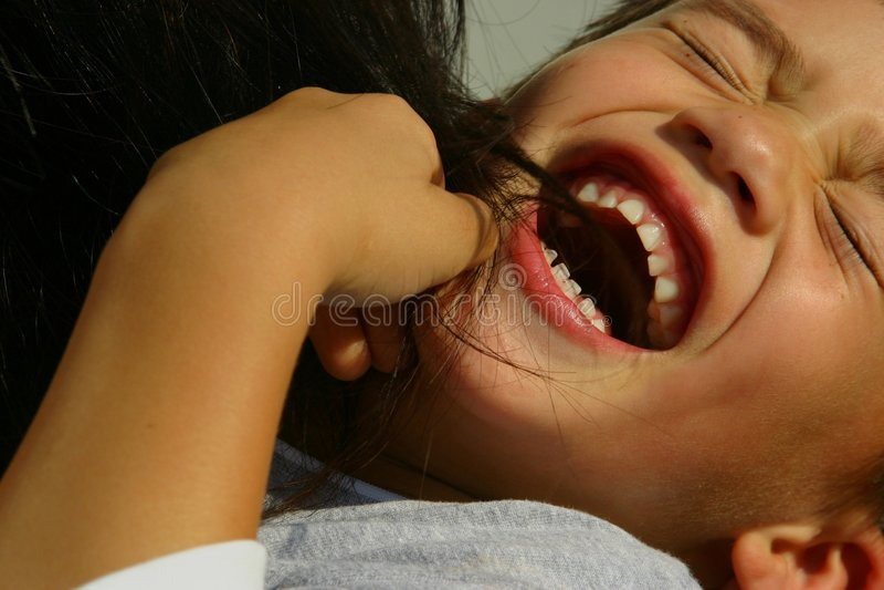 Lachender tickled Junge lizenzfreie stockbilder
