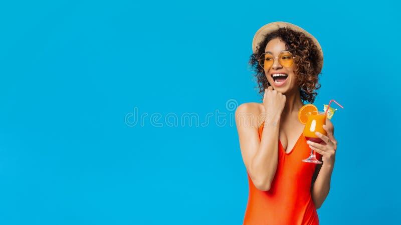 Lachendes Afroamerikanerm?dchen mit dem Sommercocktail, das Kopienraum betrachtet stockbild