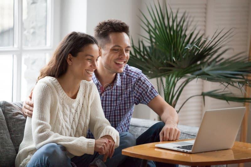 Lachendes aufpassendes lustiges Video der glücklichen jungen Paare oder Herstellungsvideo stockfotos