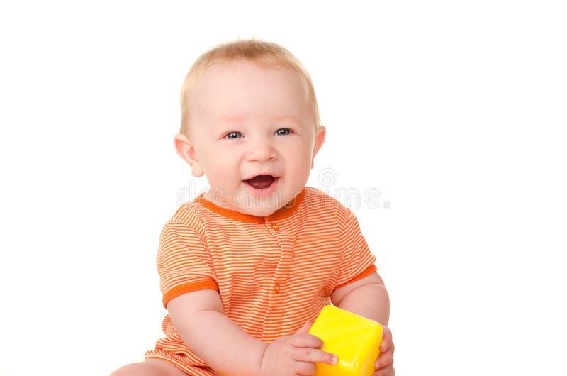 Lachendes Baby mit Spielzeugziegelstein stockfotos
