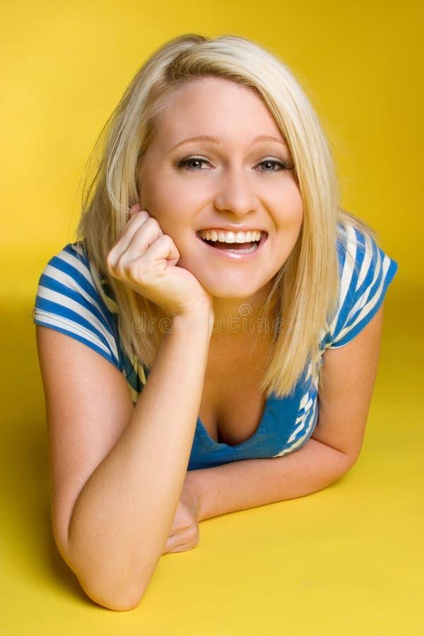 Lachendes blondes Mädchen lizenzfreies stockbild