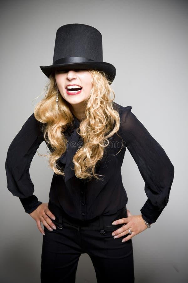 Lachendes blondes Mädchen mit Spitzenhut stockfoto