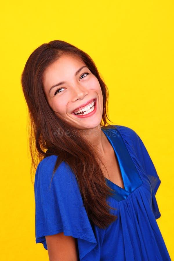 Lachendes ethnisches Frauenportrait lizenzfreies stockfoto