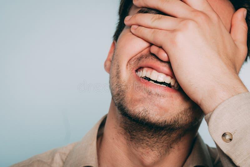 Lachendes Gefühllächeln des glücklichen zufriedenen frohen Mannes lizenzfreies stockbild