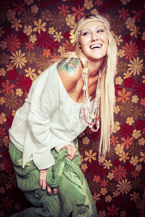 Lachendes Hippie-Mädchen lizenzfreie stockbilder
