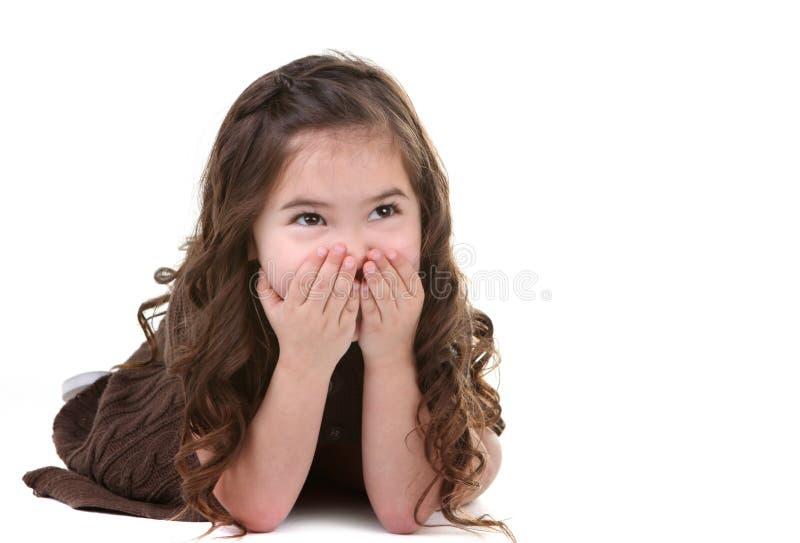 Lachendes junges Kind, das oben schaut stockbild
