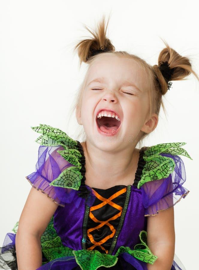 Lachendes junges kleines Mädchen lizenzfreie stockfotografie