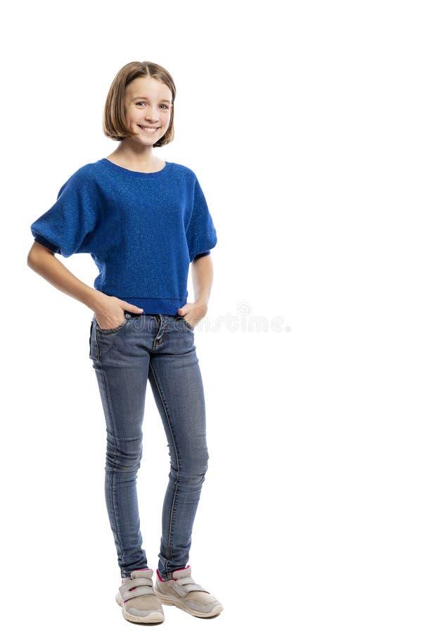 Lachendes kühles jugendlich Mädchen, in voller Länge Getrennt auf dem wei?en Hintergrund, vertikal lizenzfreies stockbild