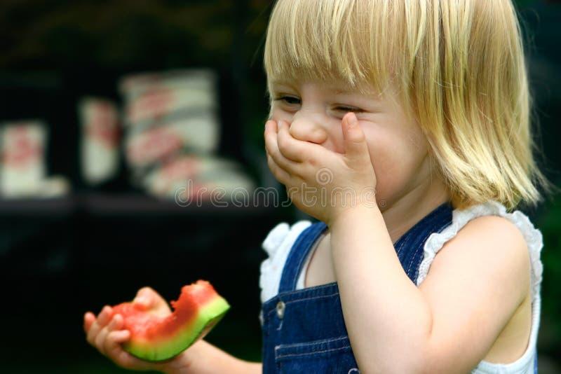 Lachendes Kleinkindmädchen lizenzfreie stockfotos