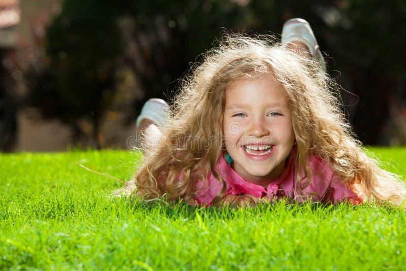 Lachendes Mädchen auf Gras stockfoto
