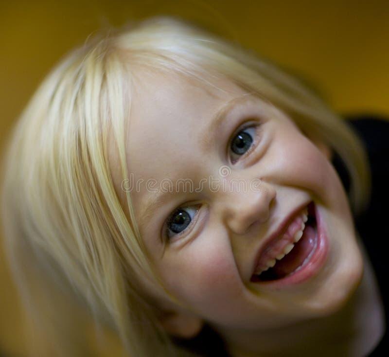 Lachendes Mädchen, das oben schaut lizenzfreies stockbild