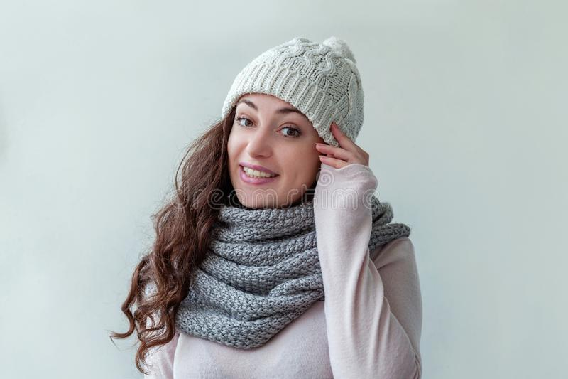 Lachendes Mädchen, das warme Kleidung Hut und Schal lokalisiert auf weißem Hintergrund trägt stockfotografie