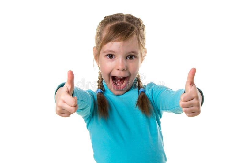 Lachendes Mädchen, Daumen zeigend, weißer lokalisierter Landschaftshintergrund lizenzfreie stockfotografie