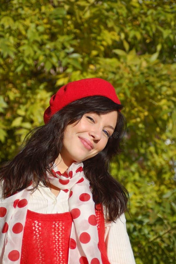 Lachendes Mädchen im roten Barett stockbilder
