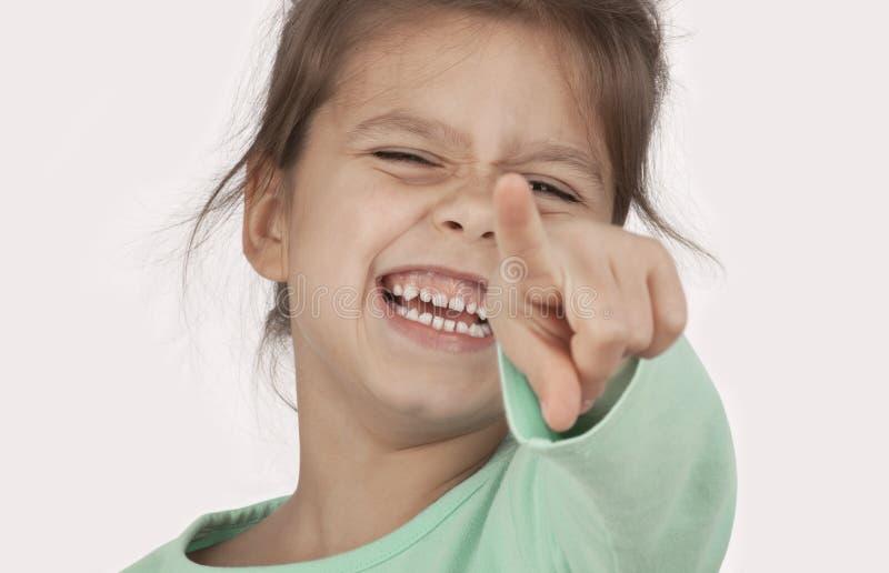 Lachendes Mädchenzeigen stockfotos
