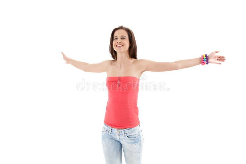 Lachendes modisches Mädchen mit den breiten Armen öffnen sich lizenzfreie stockfotografie