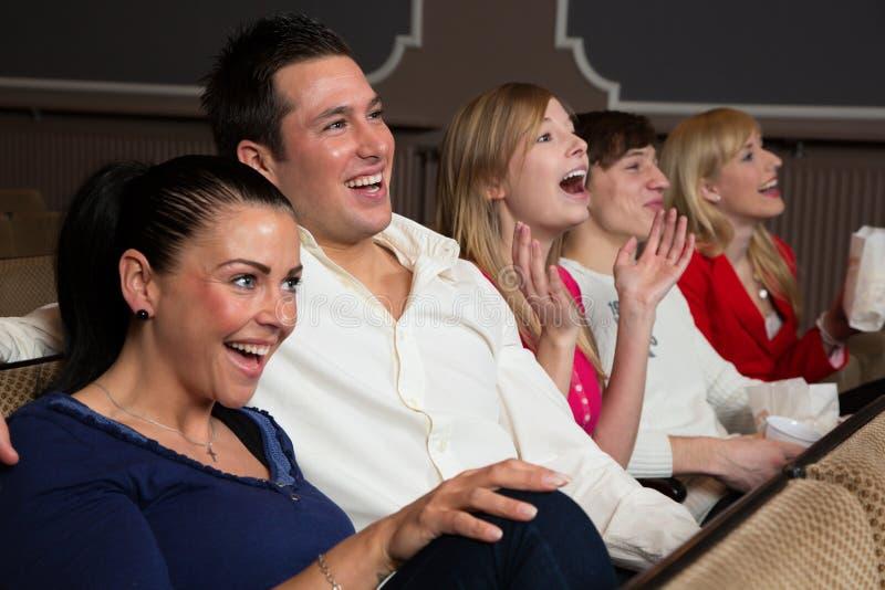 Lachendes Publikum an den Filmen lizenzfreies stockbild