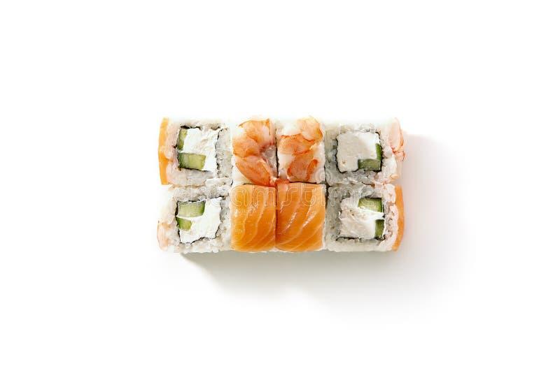 Lachs-und Garnelen-Sushi-Rolle mit Gurken-und Frischkäse Ins stockfotos