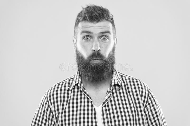 Lachsalvo Hipster met baard en snor emotionele verraste uitdrukking Plattelander verraste macho Gebaarde mens royalty-vrije stock fotografie