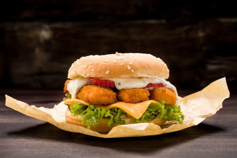 Lachsburger mit Kopfsalat und Weinstein stockbild