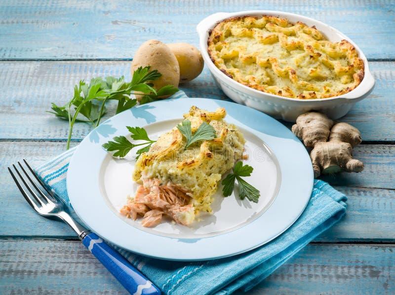 Lachse auf Kartoffelkruste lizenzfreies stockfoto