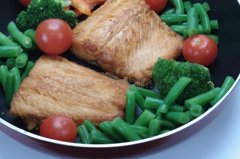 Lachse mit Gemüse stockfotografie