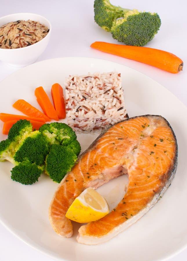 Download Lachse mit Gemüse stockbild. Bild von brokkoli, gegrillt - 27732857