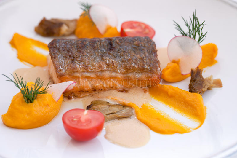 Lachse mit porcini Pilzen und mit Kürbispastete stockfotos