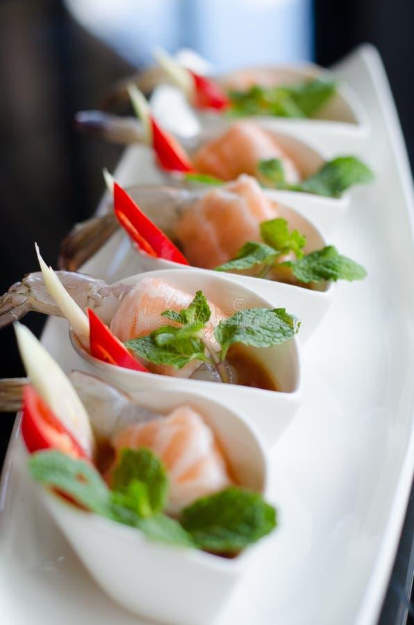 Lachse und Garnelen mit Fischsauce lizenzfreies stockbild