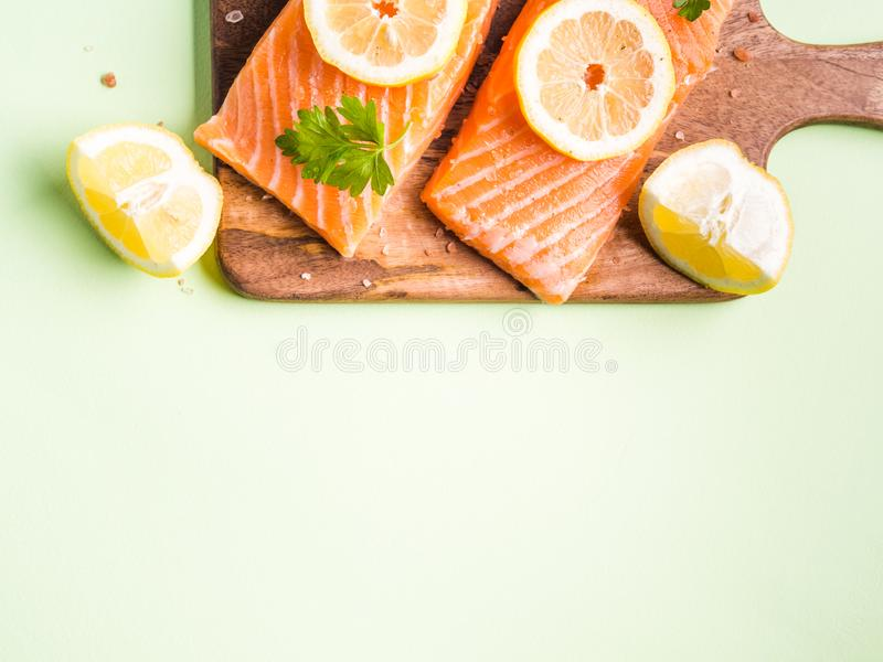 Lachsfilet auf hölzernem Brett mit Zitronenscheiben stockfotos