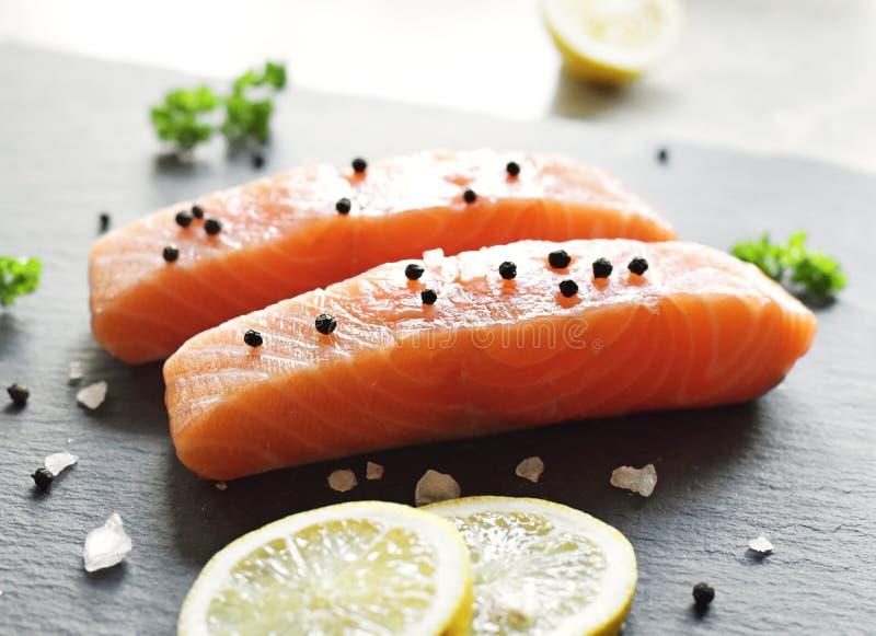 Lachsfilet oder Sashimi stockfotografie