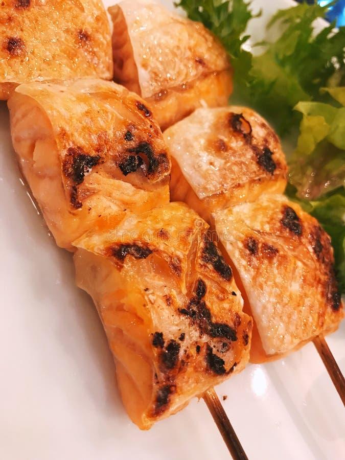 Lachsgrillaufsteckspindeln-Japan-Nahrung stockfotos