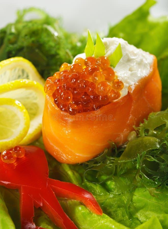 LachsGunkan Sushi lizenzfreie stockfotos