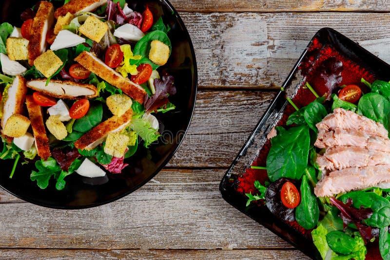 Lachssalat mit Kirschtomaten, neues Haus des Feldsalats machte Nahrung eine geschmackvolle und gesunde Mahlzeit Beschneidungspfad lizenzfreie stockfotografie