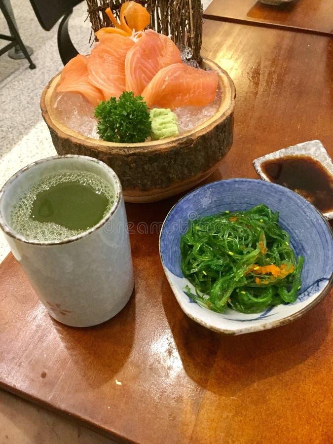 Lachssashimi auf Eis Japanische Zartheit Meerespflanzen-Salat lizenzfreie stockbilder