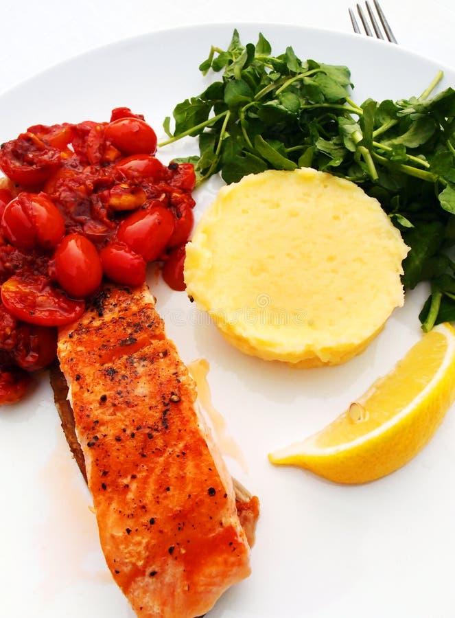 Lachssteak - gegrillter Fisch lizenzfreie stockfotos