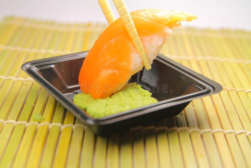 Lachssushi und Wasabi lizenzfreies stockbild