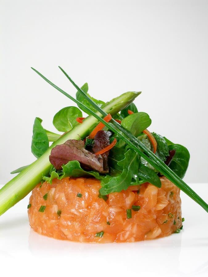 Lachsweinstein mit Salat und grünem Spargel lizenzfreie stockfotografie