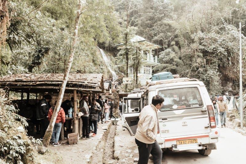 Lachung, Sikkim, Gangtok, India, eerste, Januari 2019: Toeristenmensen die een halt nemen dichtbij Vlinderwatervallen of Zeven Zu stock fotografie