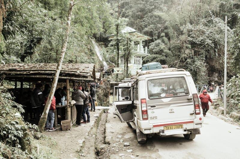 Lachung, Sikkim, Gangtok, India, eerste, Januari 2019: Toeristenmensen die een halt nemen dichtbij Vlinderwatervallen of Zeven Zu royalty-vrije stock afbeelding