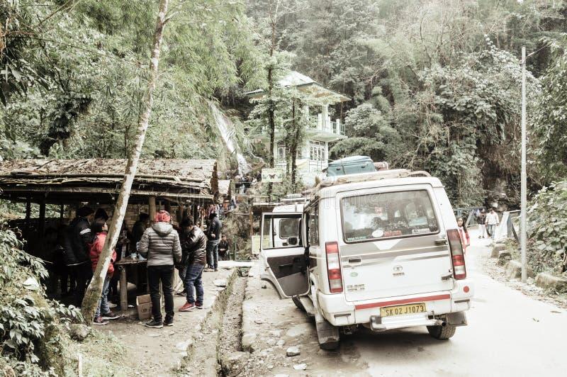 Lachung, Sikkim, Gangtok, India, eerste, Januari 2019: Toeristenmensen die een halt nemen dichtbij Vlinderwatervallen of Zeven Zu stock afbeelding