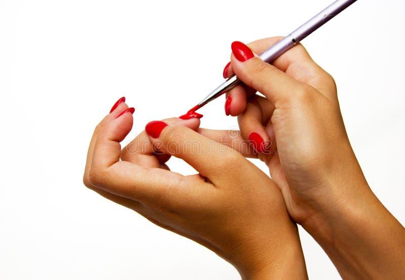 Lack der jungen Frau ihre Nägel lizenzfreies stockfoto