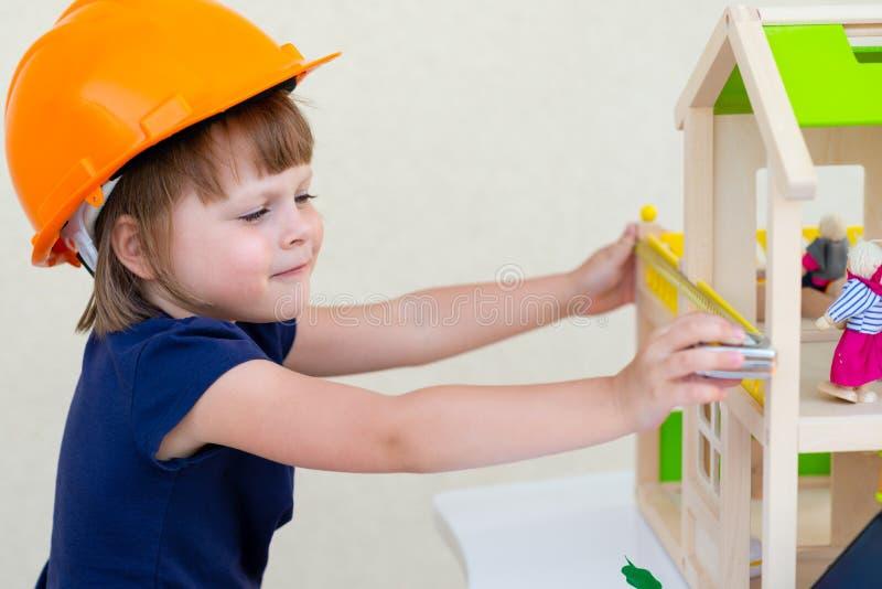 Lack-Rolle mit Lackproben Haus im Bau lizenzfreies stockfoto