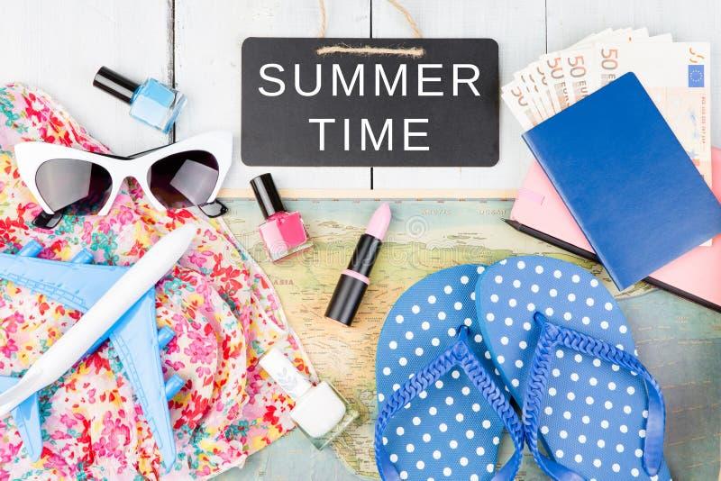 lackboard met tekst & x22; De ZOMER TIME& x22; , vliegtuig, kaart, paspoort, geld, zonnebril, ploffen en andere toebehoren stock afbeeldingen
