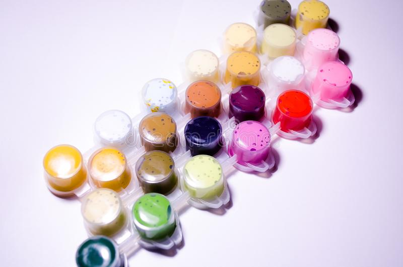 lacke Gefäße des Lackes Acrylfarben Malen Sie Dosen Eine breite Palette von Farben Farbe für das Zeichnen Farben, die Meisterwerk lizenzfreie stockfotos