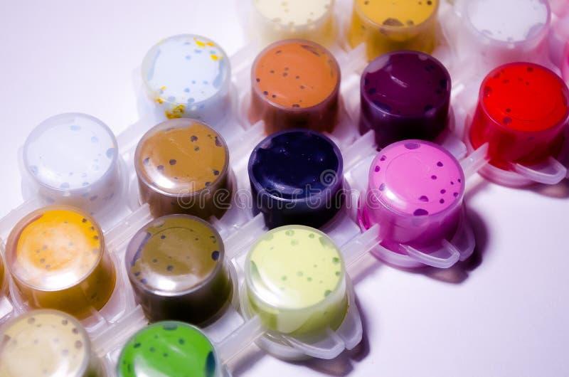 lacke Gefäße des Lackes Acrylfarben Malen Sie Dosen Eine breite Palette von Farben Farbe für das Zeichnen Farben, die Meisterwerk stockfotos